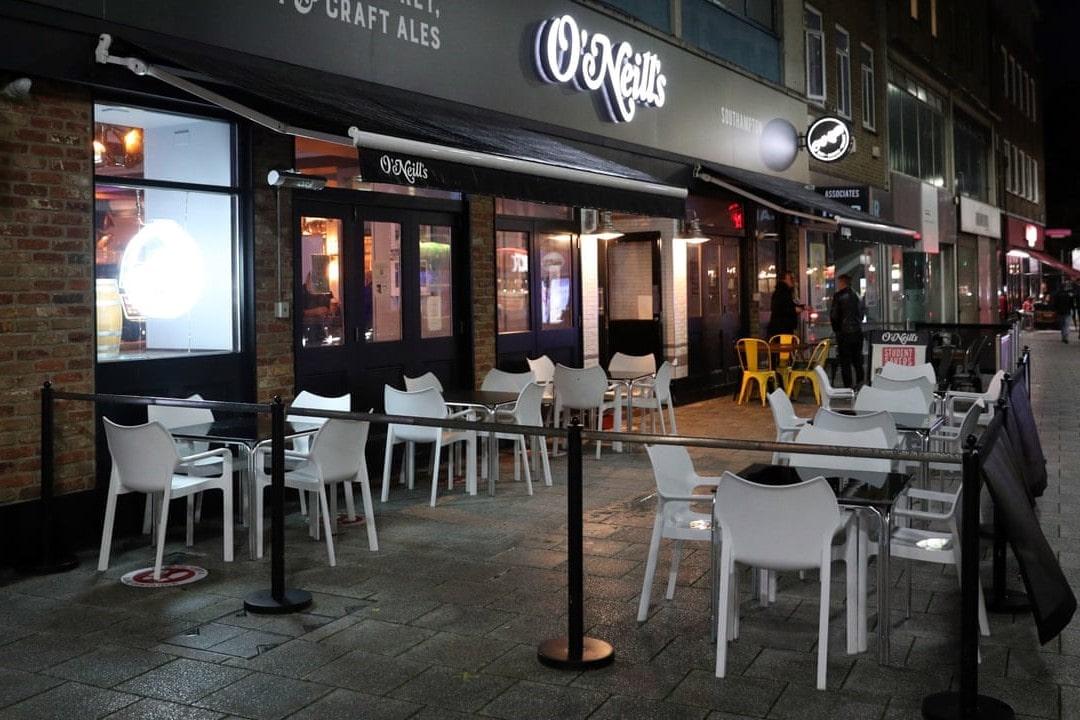 exterior-of-o'neills-irish-pub-and-bar-at-night