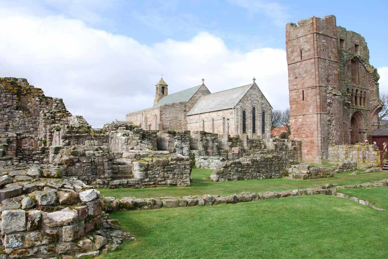 historic-remains-of-lindisfarne-priory