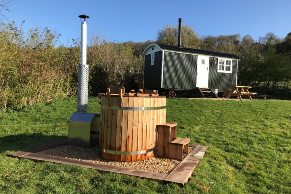 hope-house-farm-shepherds-hut-and-hot-tub-in-field-on-sunny-day-glamping-herefordshire