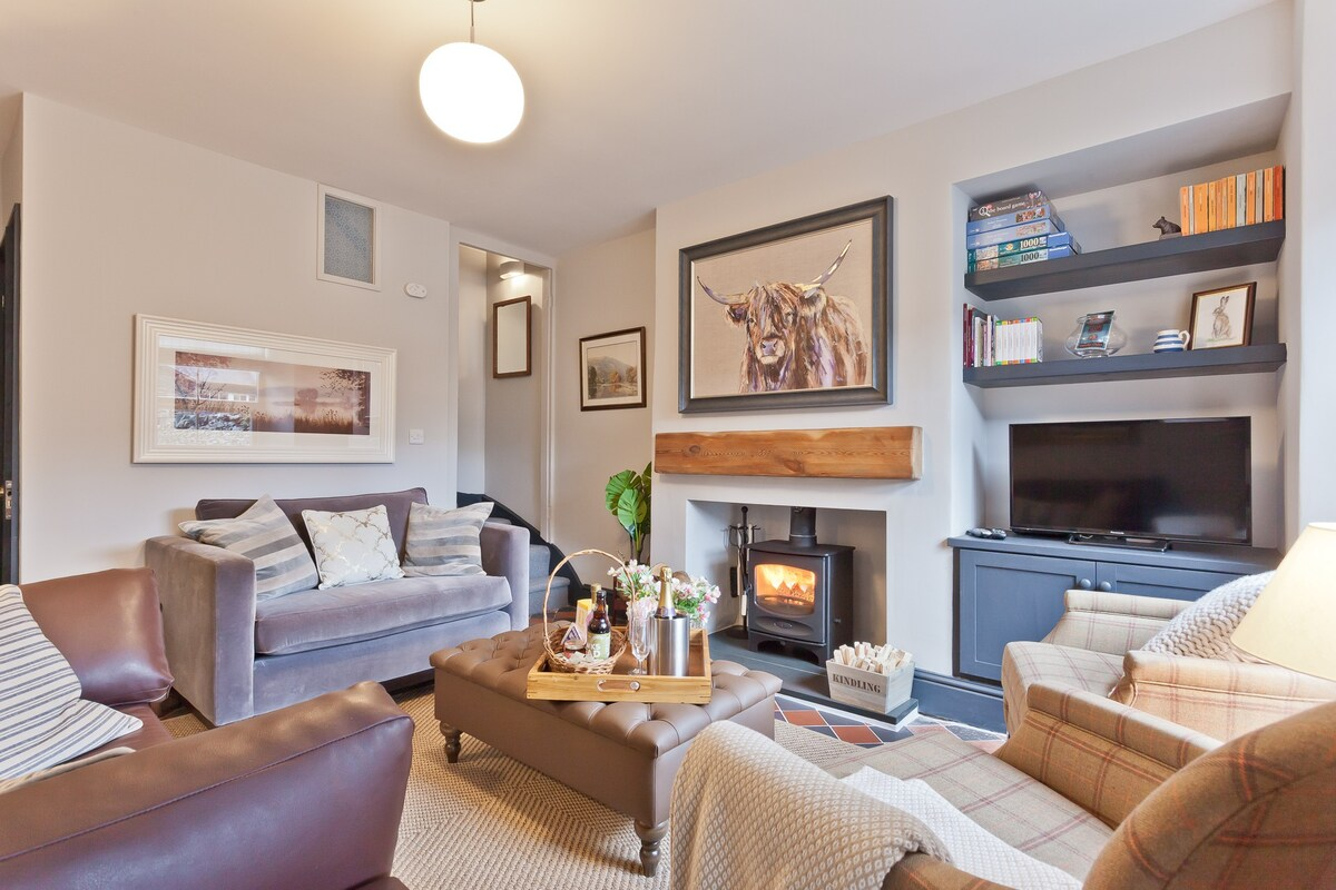 living-room-with-fireplace-and-sofas-in-bumble-choo-cottage-in-windermere