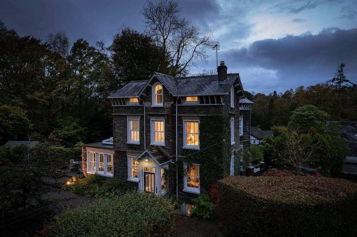 luxury-lakeland-3-storey-house-in-windermere-at-night