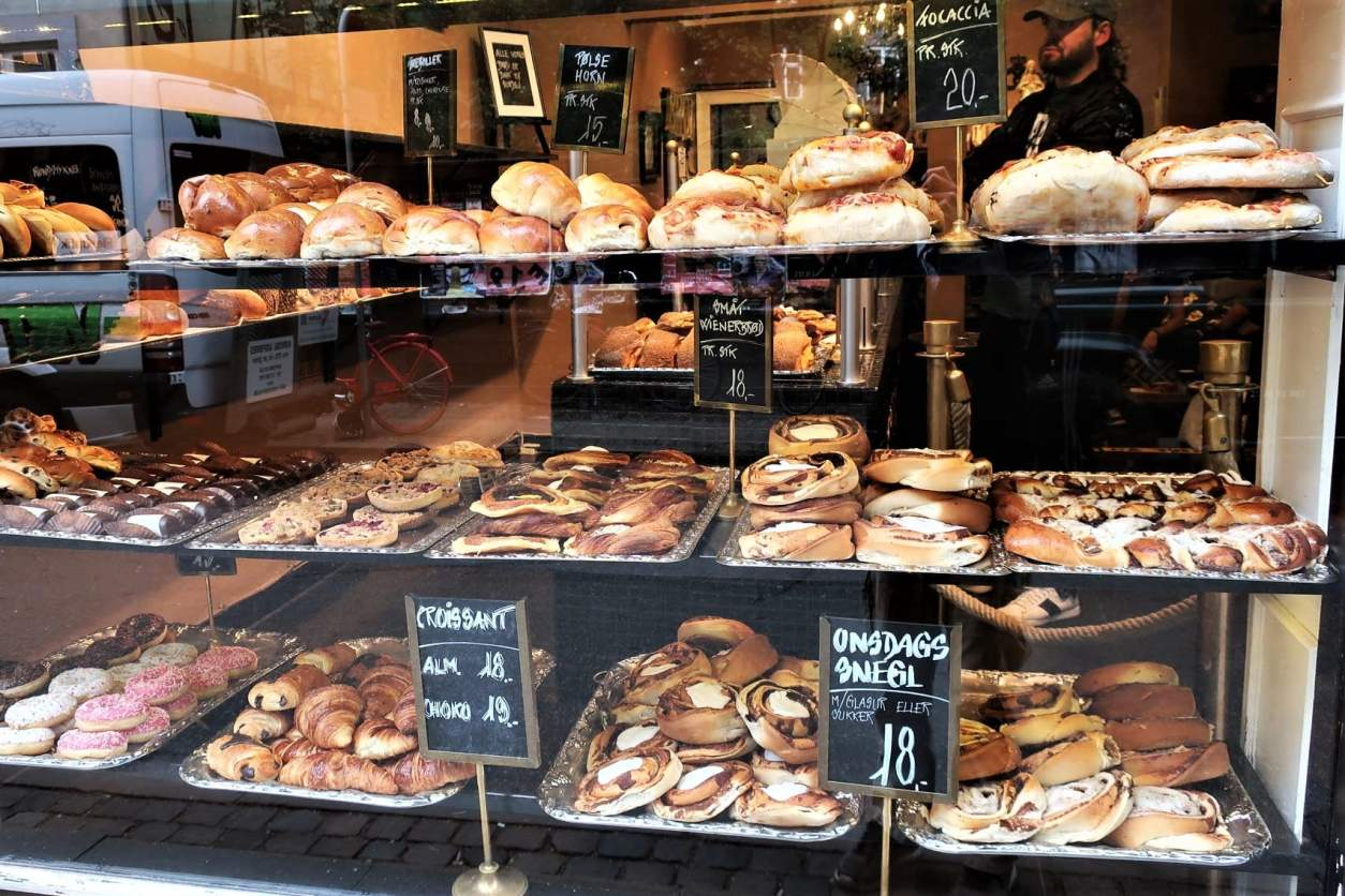 pastries-in-window-of-sankt-peders-bageri-bakery