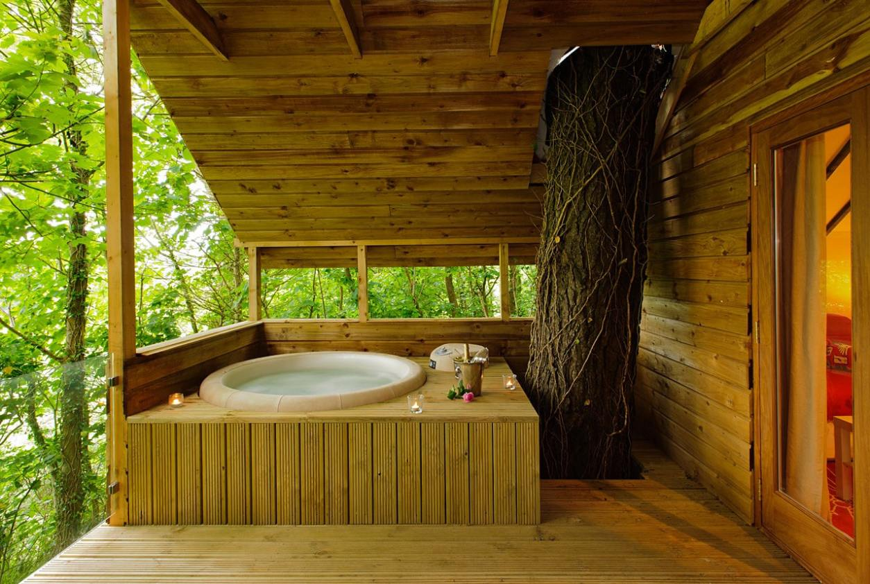 wooden-hot-tub-in-treehouse-1-at-grove-house-cottages-for-couples-treehouses-ireland