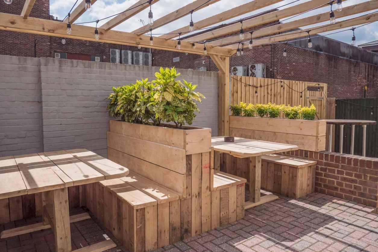 wooden-pallet-benches-in-beer-garden-at-smugglers