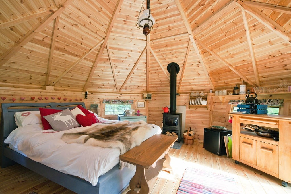 bed-and-kitchen-in-lilla-stugan-cabin