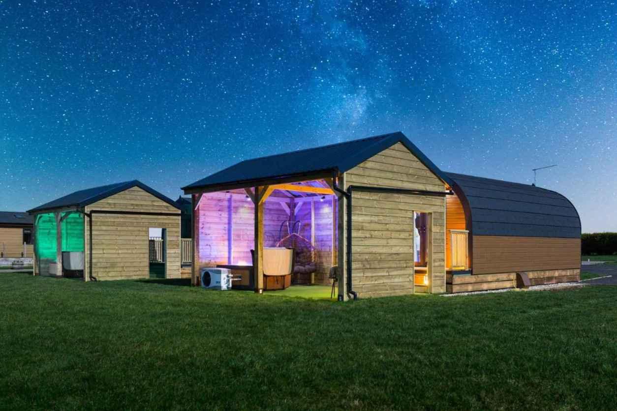 bowbrook-lodges-birch-pod-lit-up-on-starry-night