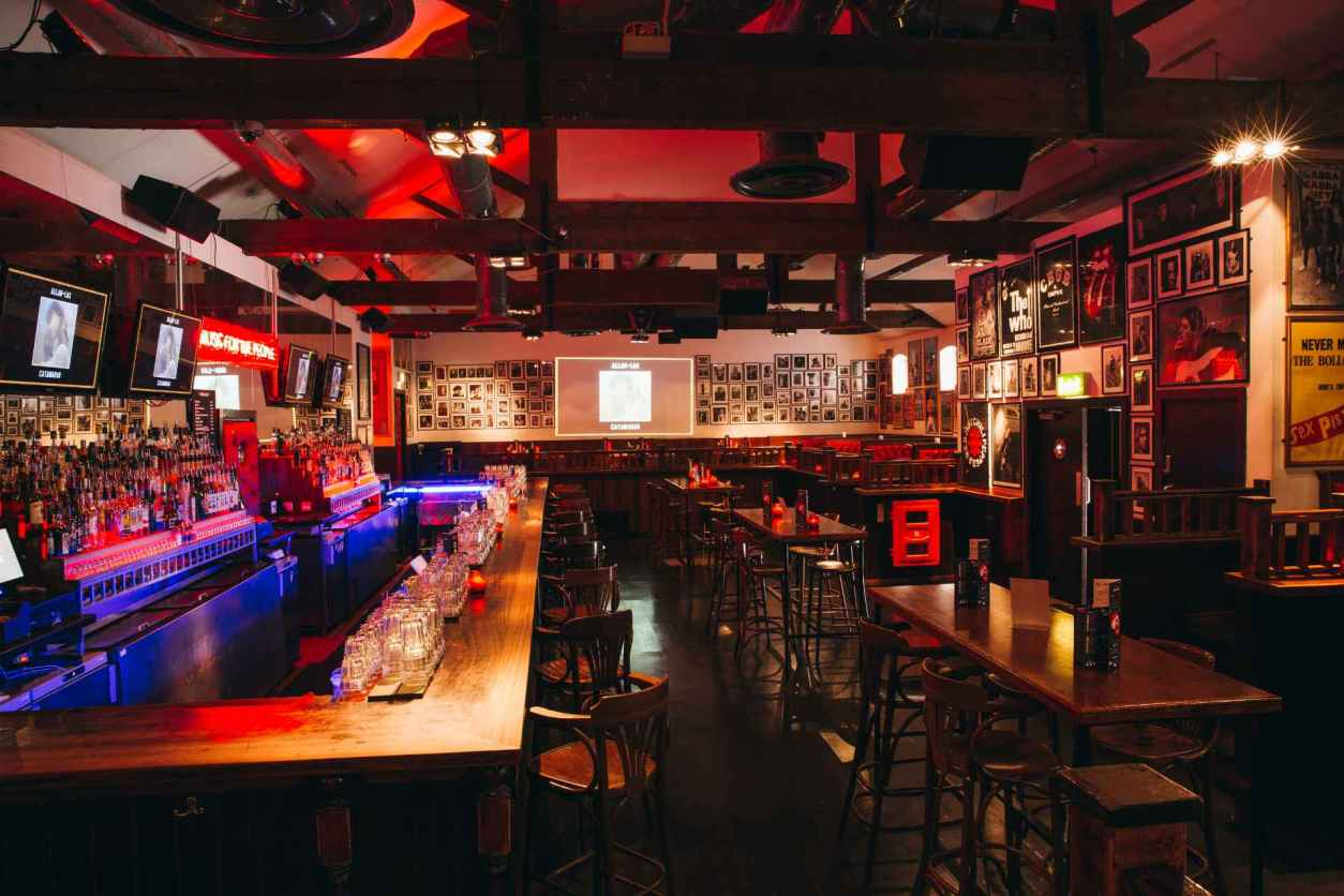 mojo-bar-lit-up-in-neon-lights-at-night