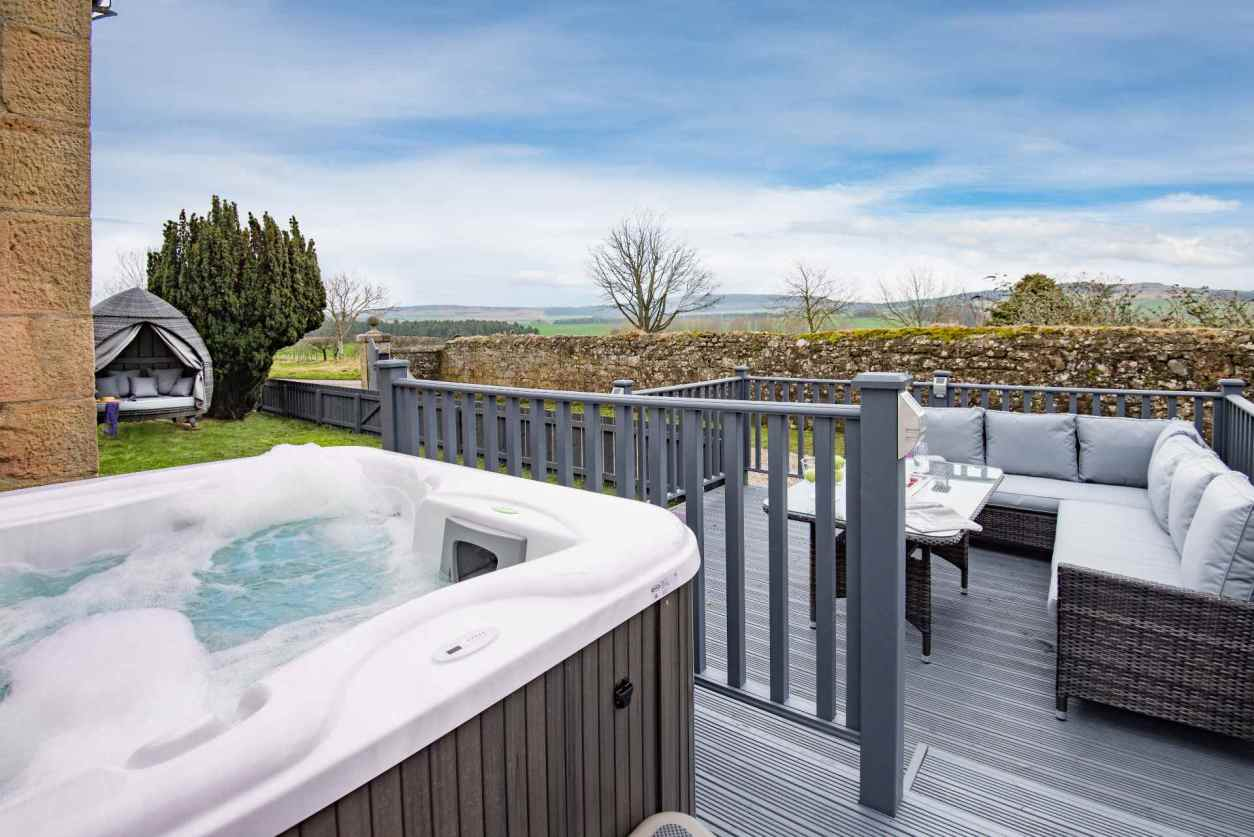 outdoor-hot-tub-and-garden-furniture-at-the-gate-lodge-lodges-with-hot-tubs-northumberland