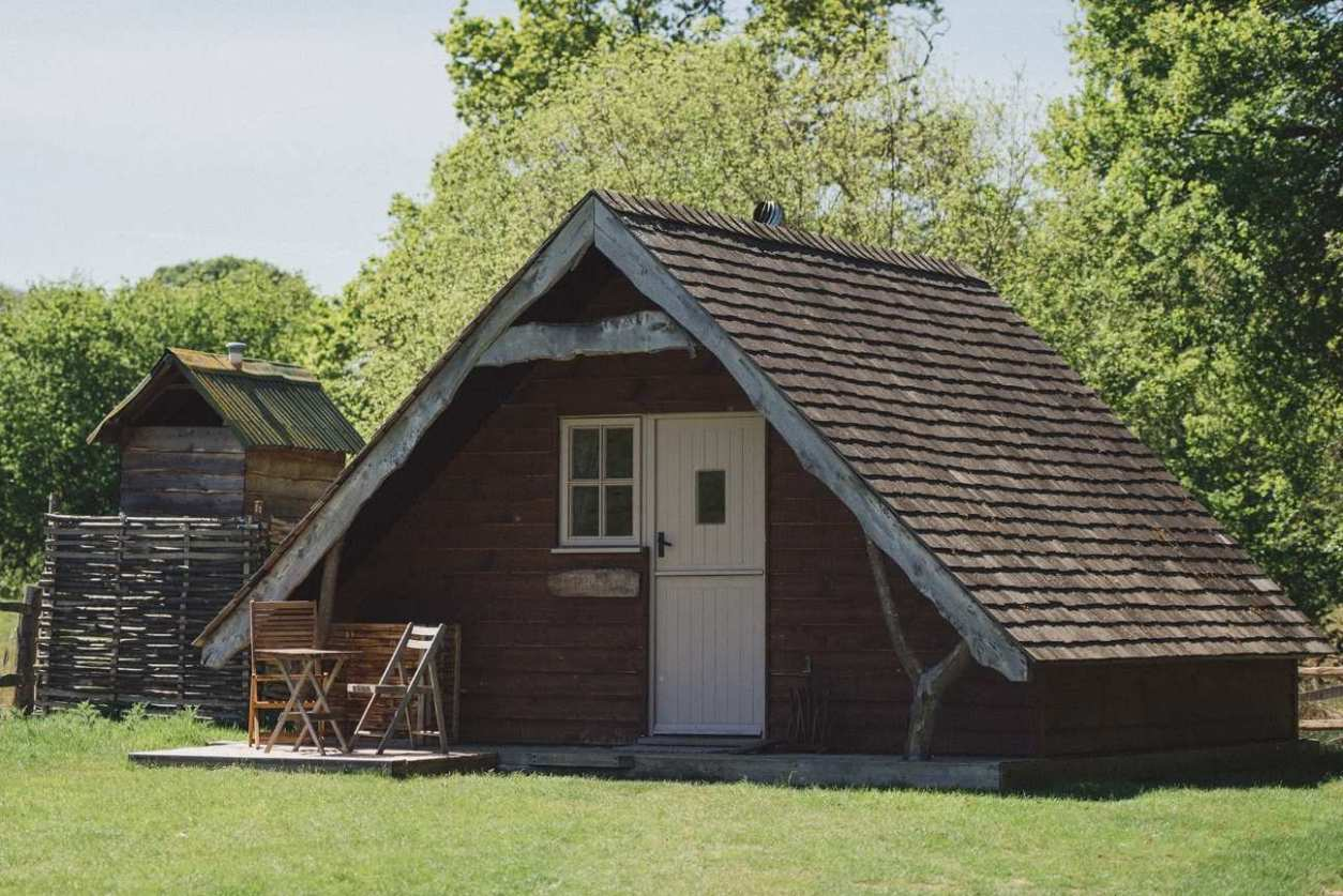 penfold-cabin-in-field-at-swallowtail-hill