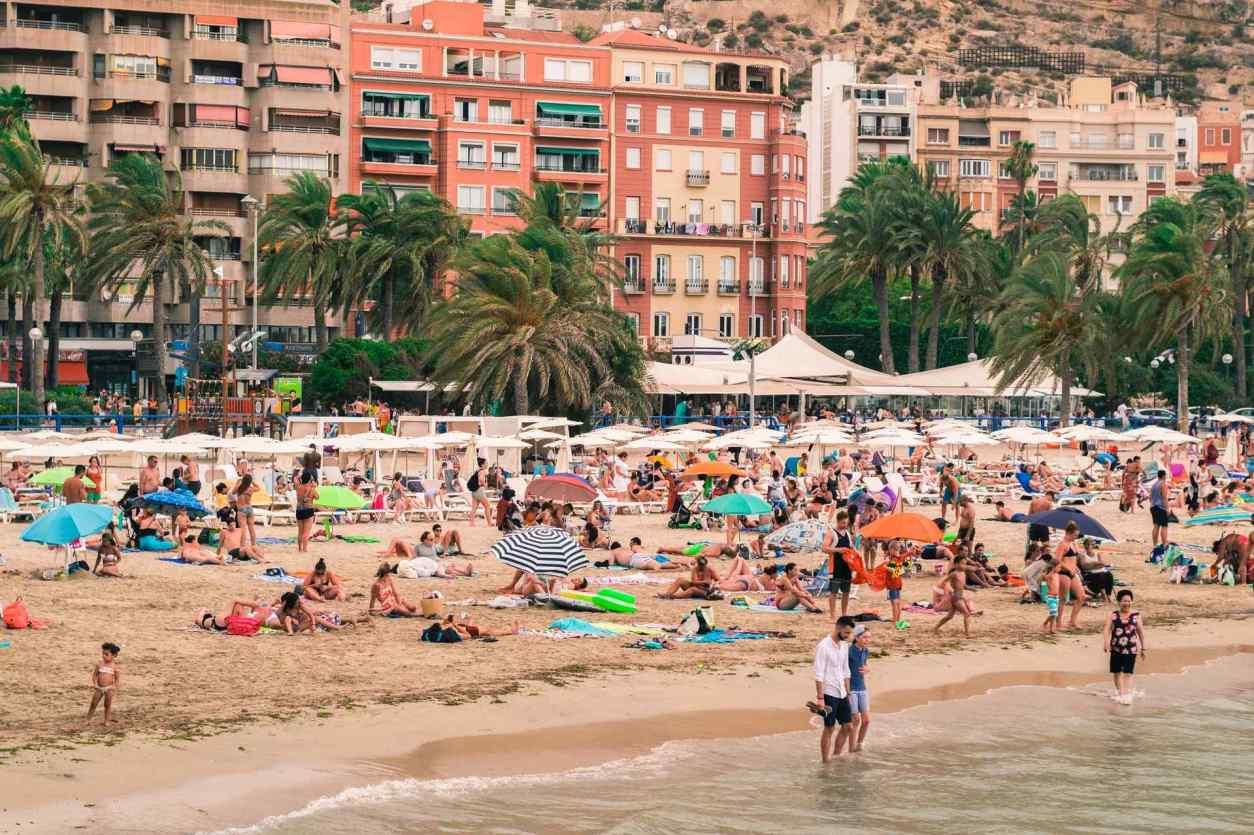 people-relaxing-on-el-postiguet-beach-in-alicante