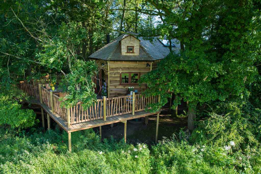 the-treehouse-at-woodland-chase-with-large-decking