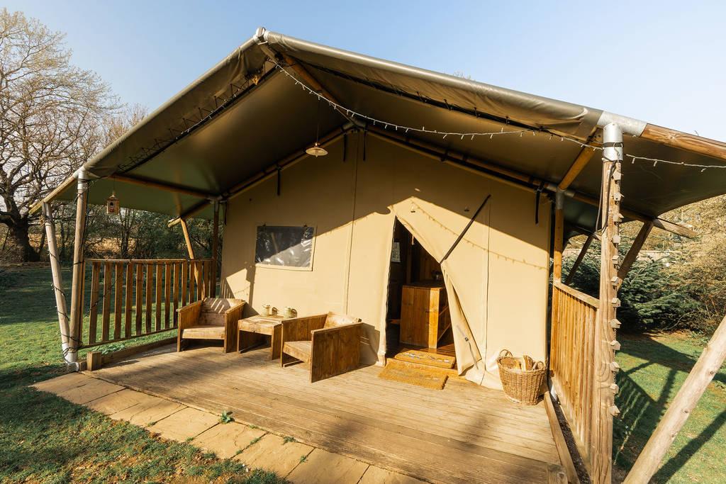 birdsong-safari-tent-in-field-at-chigborough-farm
