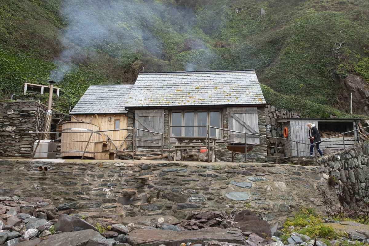 exterior-of-carswell-beach-hut-with-wood-fired-hot-tub