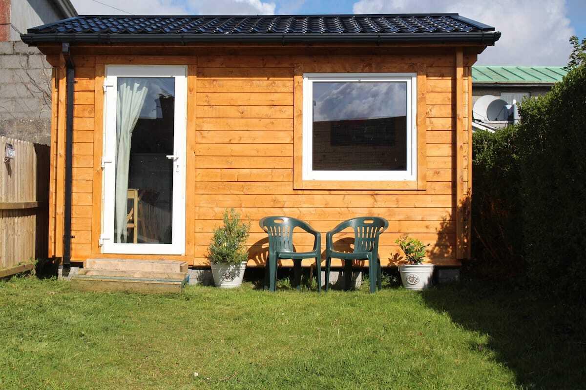 garden-chalet-on-grass-with-pod