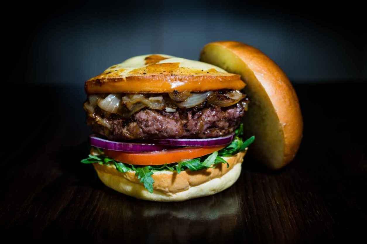 hache-burgers-burger-in-dark-room
