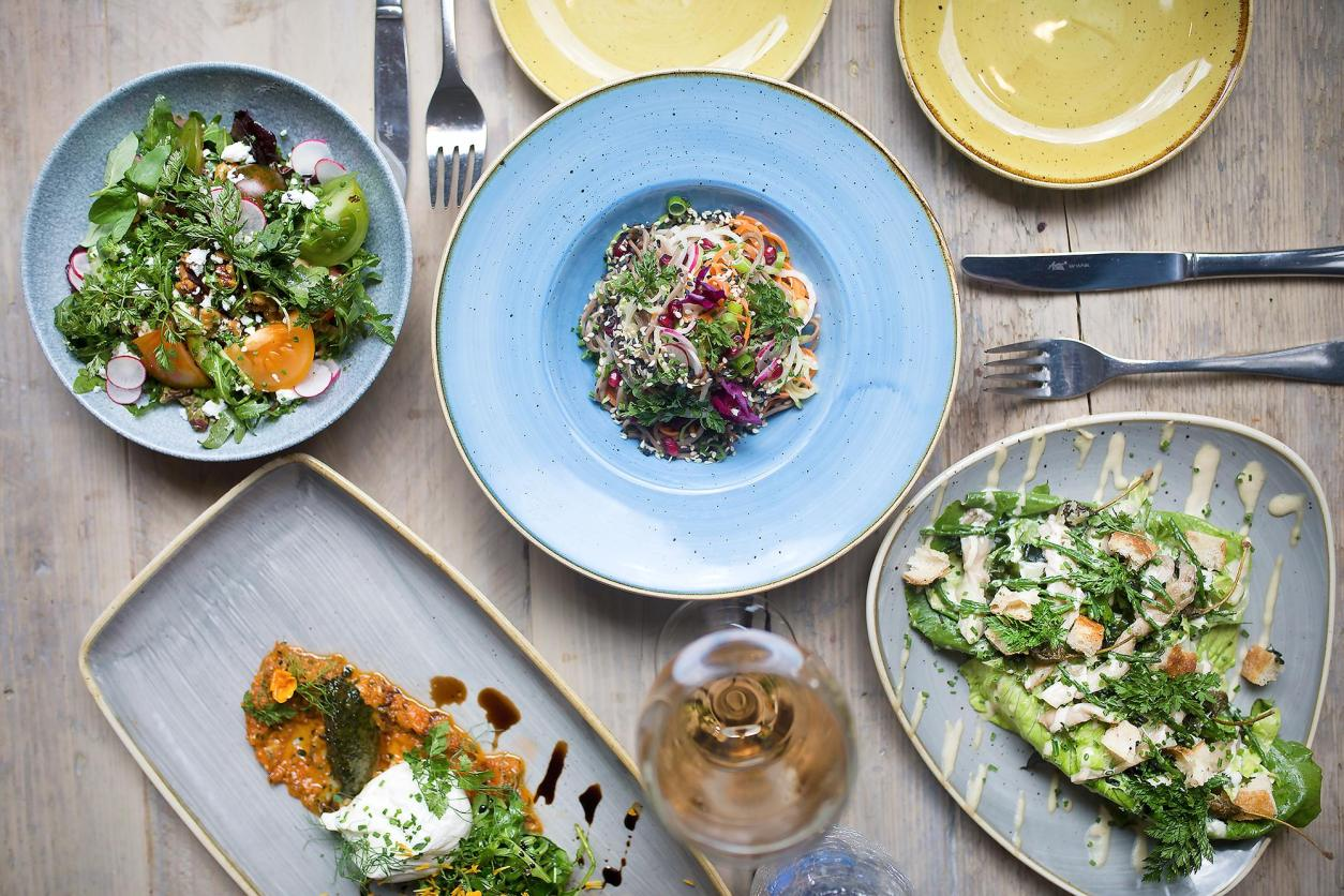 plates-and-bowls-of-vegetarian-food-at-food-for-friends-best-vegan-restaurants-brighton