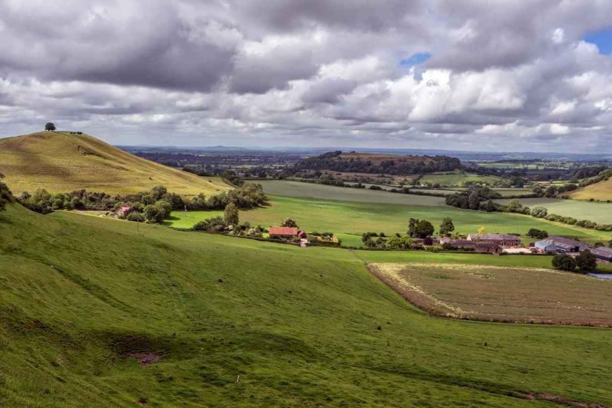 rolling-green-fields-at-cadbury-camp-best-walks-in-somerset