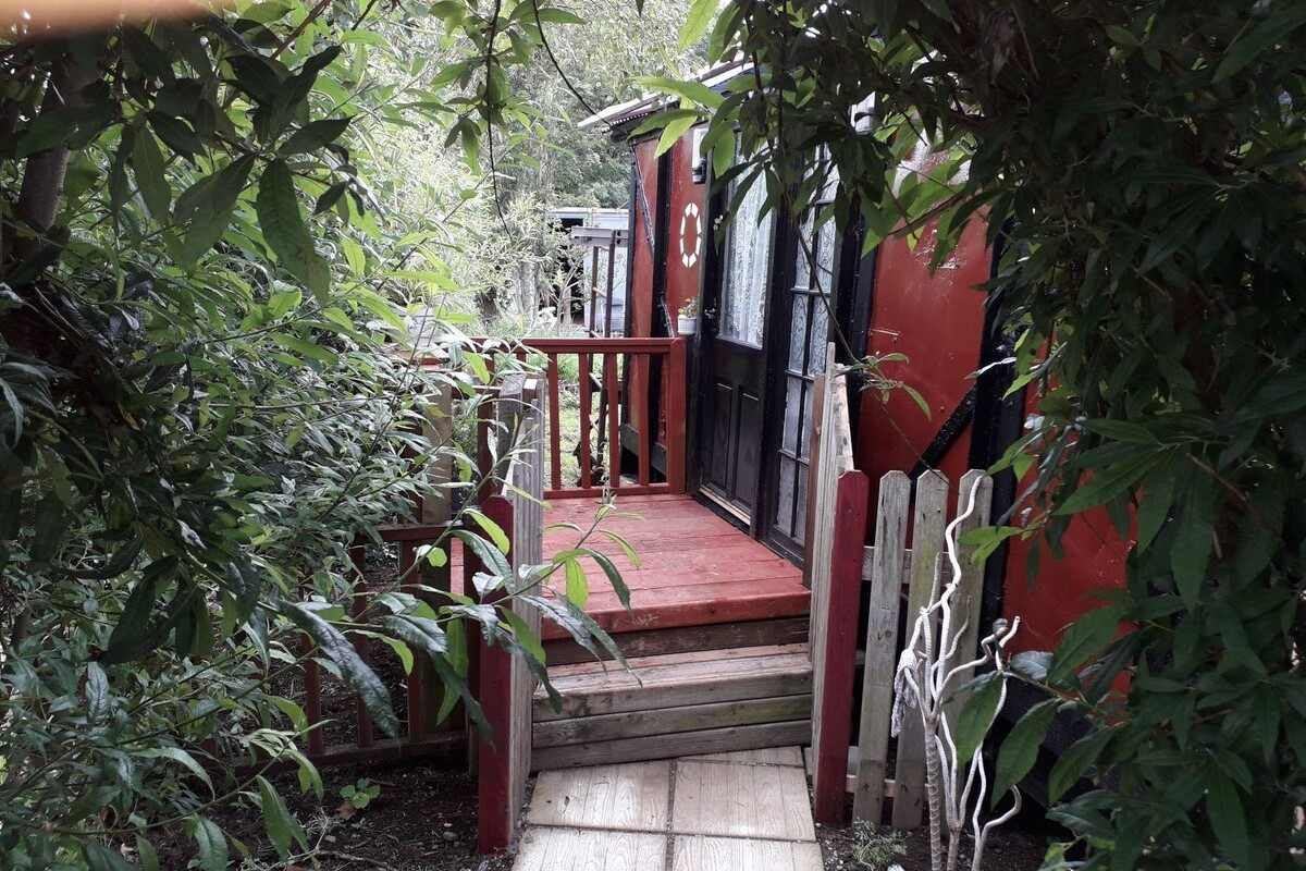 steps-leading-to-carriage-no-223-glamping-accommodation