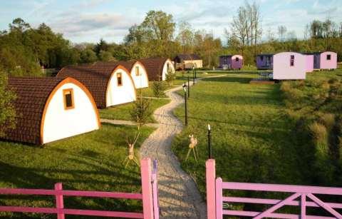 battlebridge-glamping-pods-and-shepherds-huts-in-field