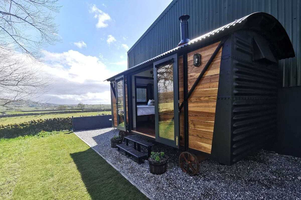 black-and-wooden-the-railway-carriage-glamping-derbyshire