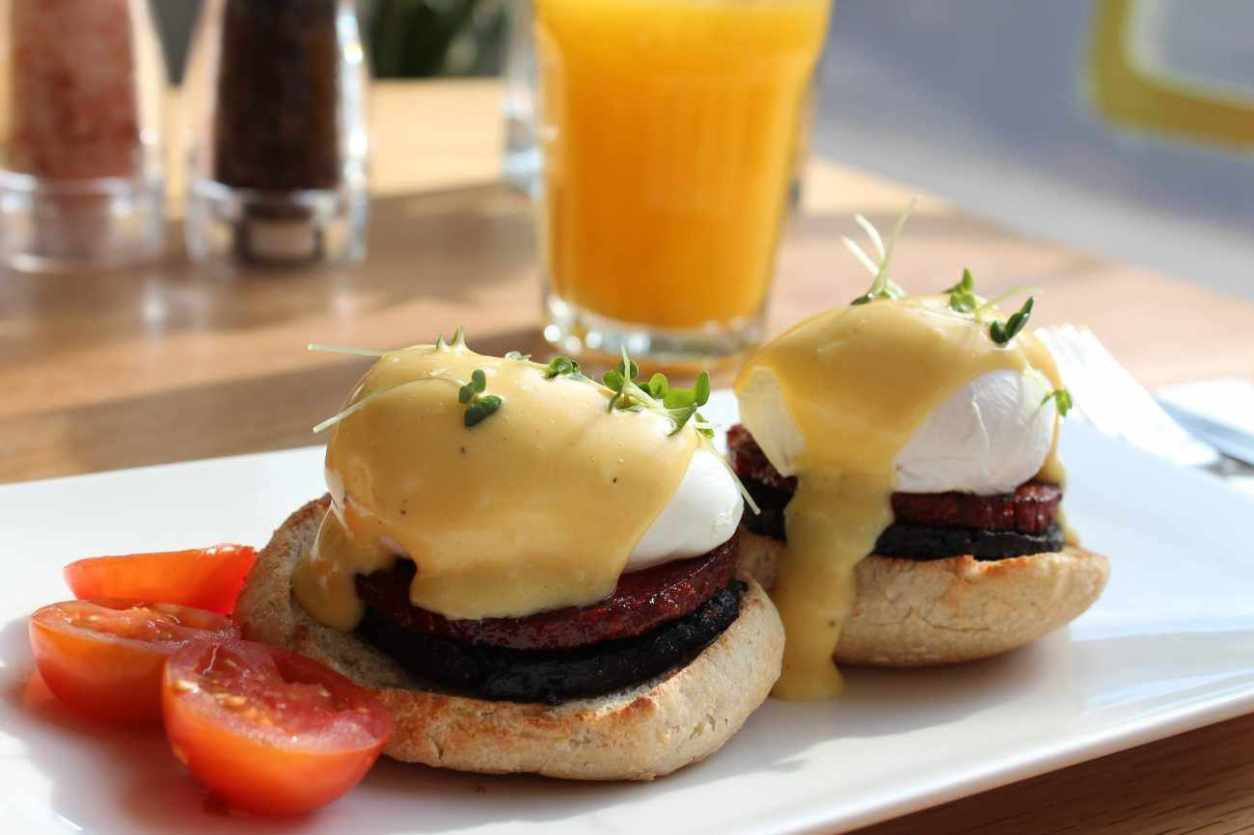 eggs-benedict-and-juice-at-loudons-cafe