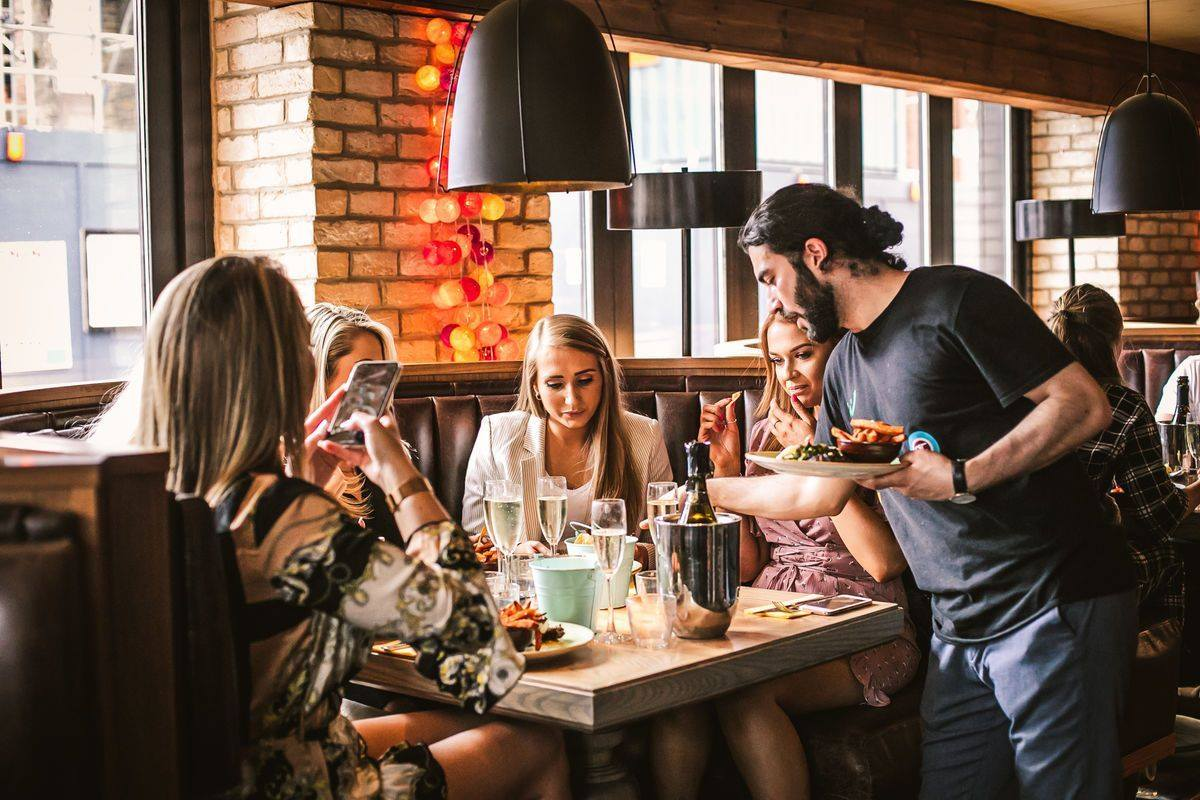 group-of-women-eating-and-drinking-at-mommi-bottomless-brunch-clapham