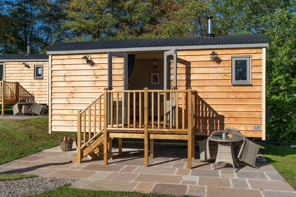 hathersage-deluxe-shepherds-huts-with-outdoor-seating-glamping-derbyshire
