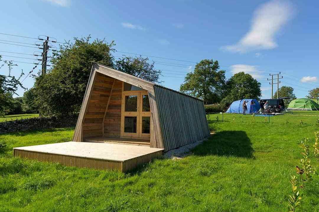 middlehills-farm-pod-in-field-on-sunny-day