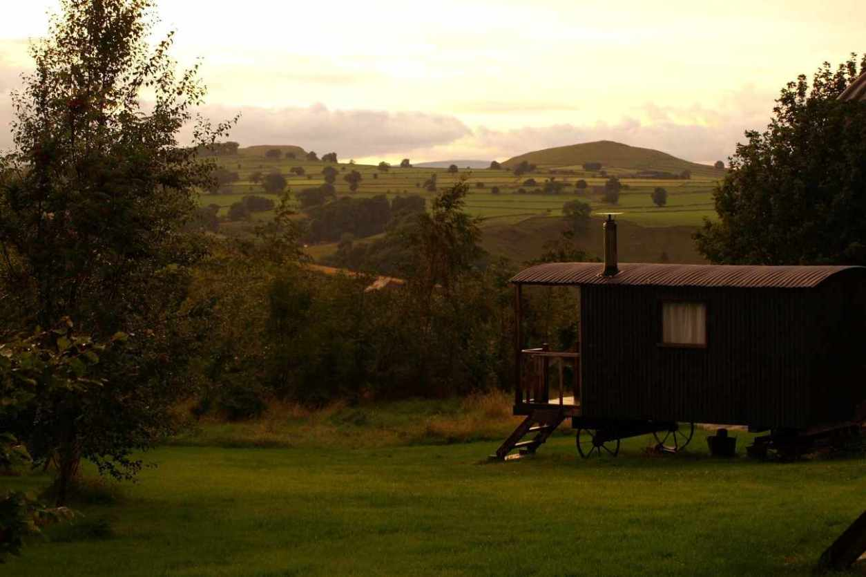new-hanson-grange-shepherds-hut-in-field-at-sunset