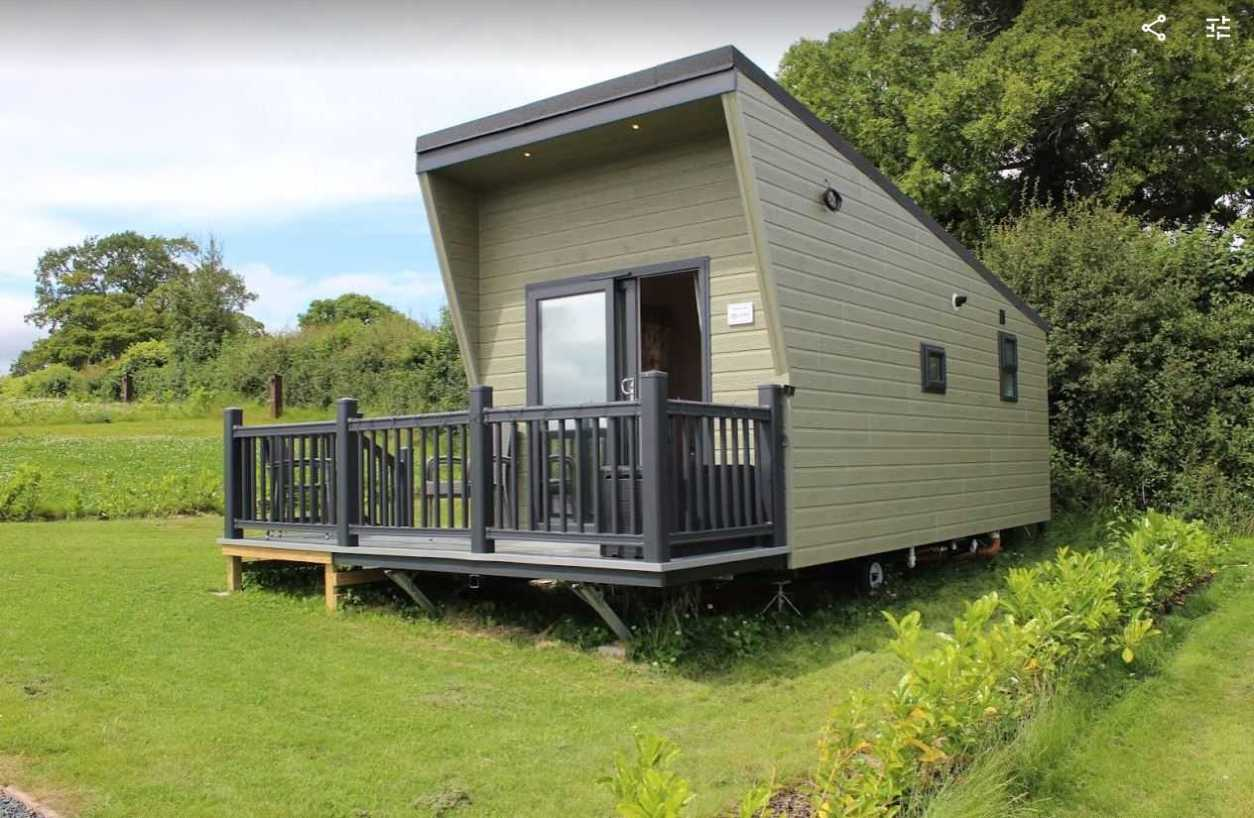 oaktree-lodge-in-field-at-marbury-camp