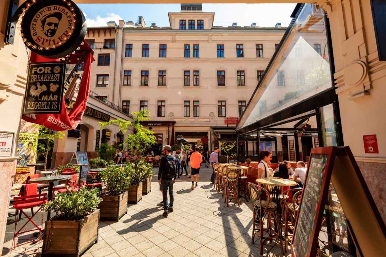 people-shopping-and-dining-out-at-gozsdu-udvar
