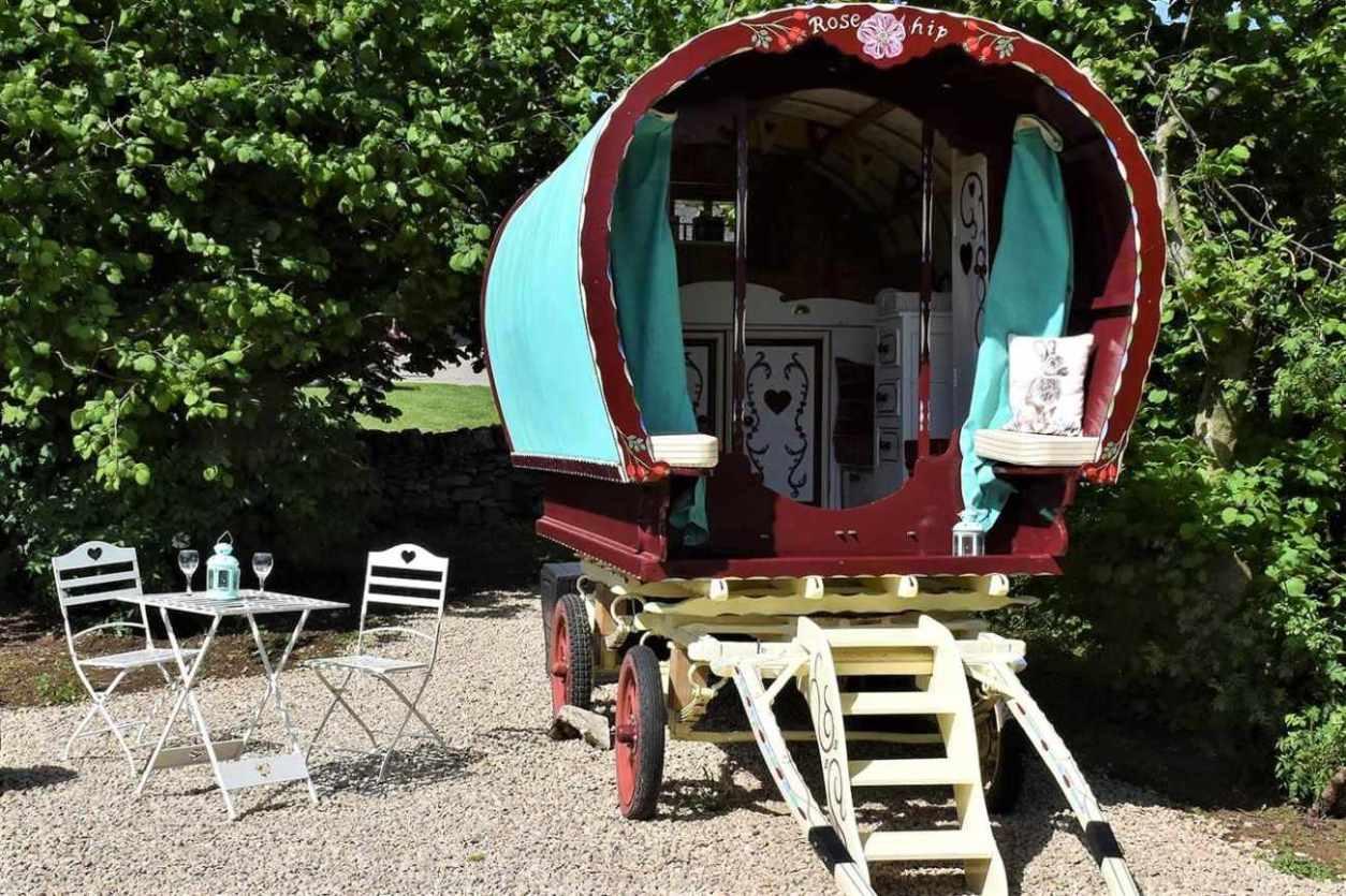 red-and-blue-hoe-grange-gypsy-caravan