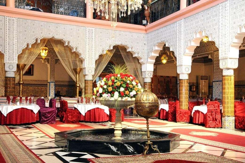 red-tables-inside-restaurant-el-bahia