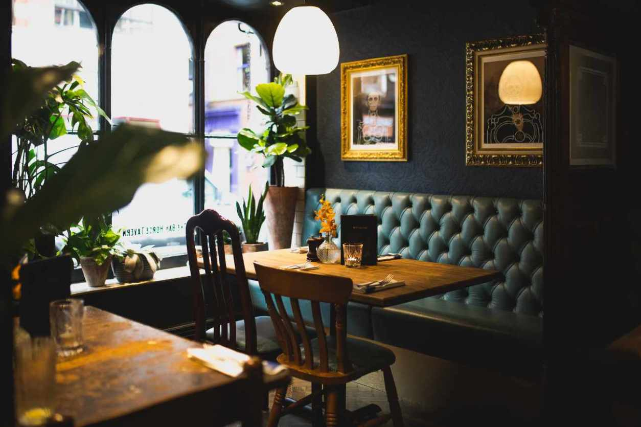 restaurant-table-in-the-bay-horse-tavern-pub