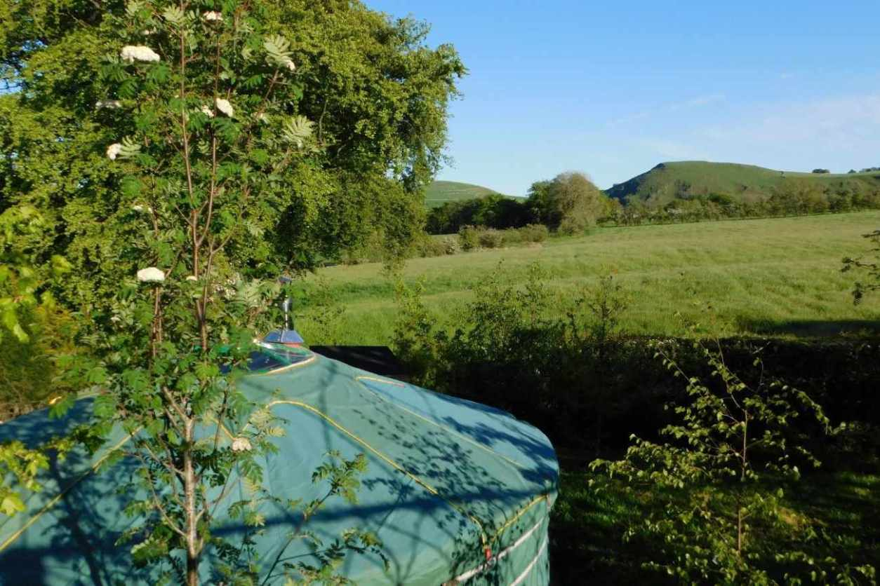 upper-hurst-farm-yurt-overlooking-fields