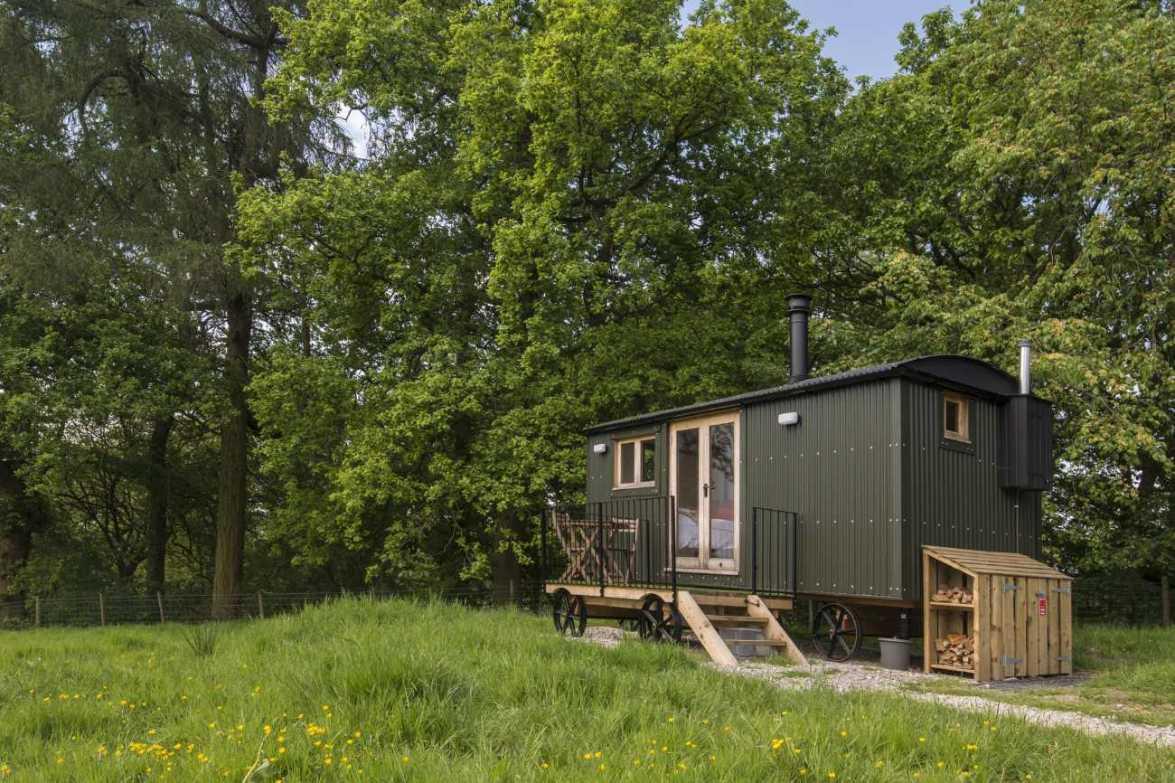 whitelee-farm-shepherds-hut-in-field-glamping-cheshire