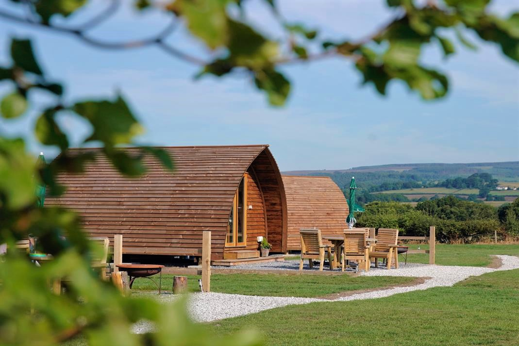 wigwam-holidays-ribble-valley-glamping-pods-in-field