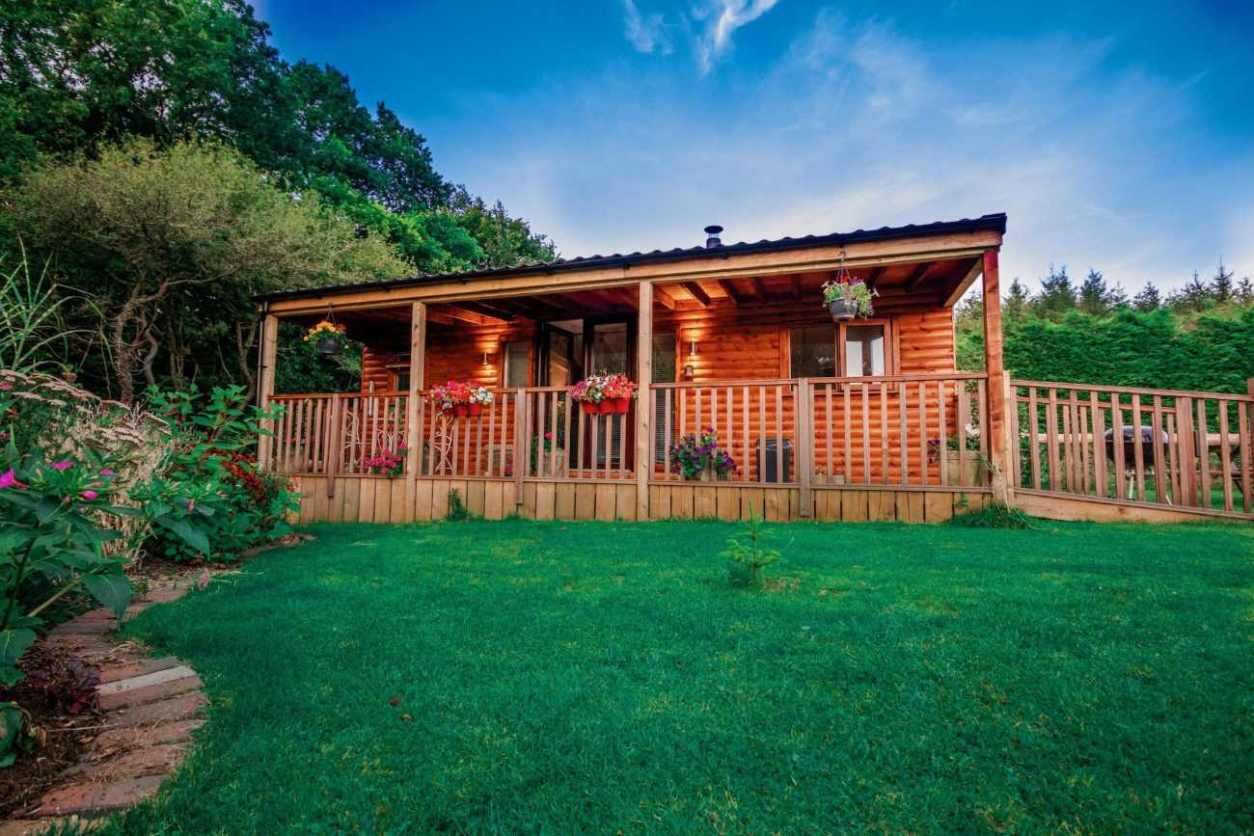 exterior-of-butterfly-lodge-at-cherry-tree-glamping