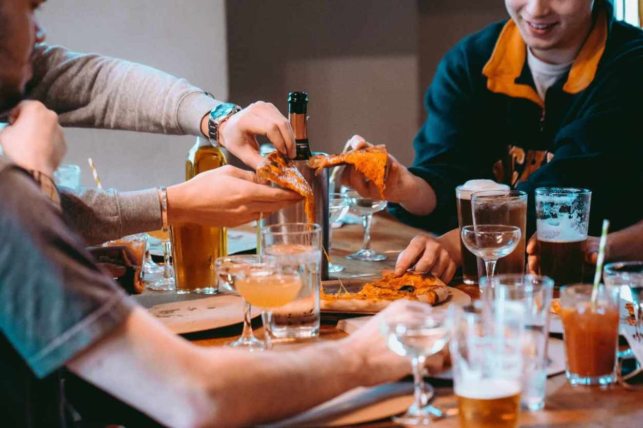 friends-enjoying-pizza-and-drinks-at-patterns-club-bottomless-brunch-brighton