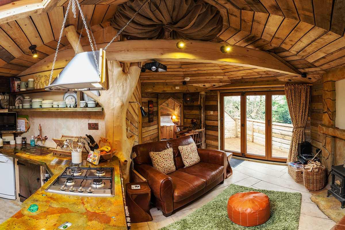 living-and-dining-area-inside-tree-house-hideaway