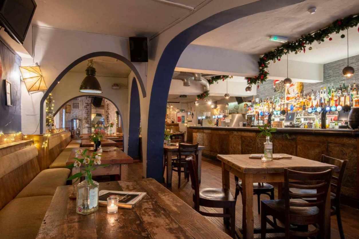 restaurant-tables-inside-the-black-lion-pub