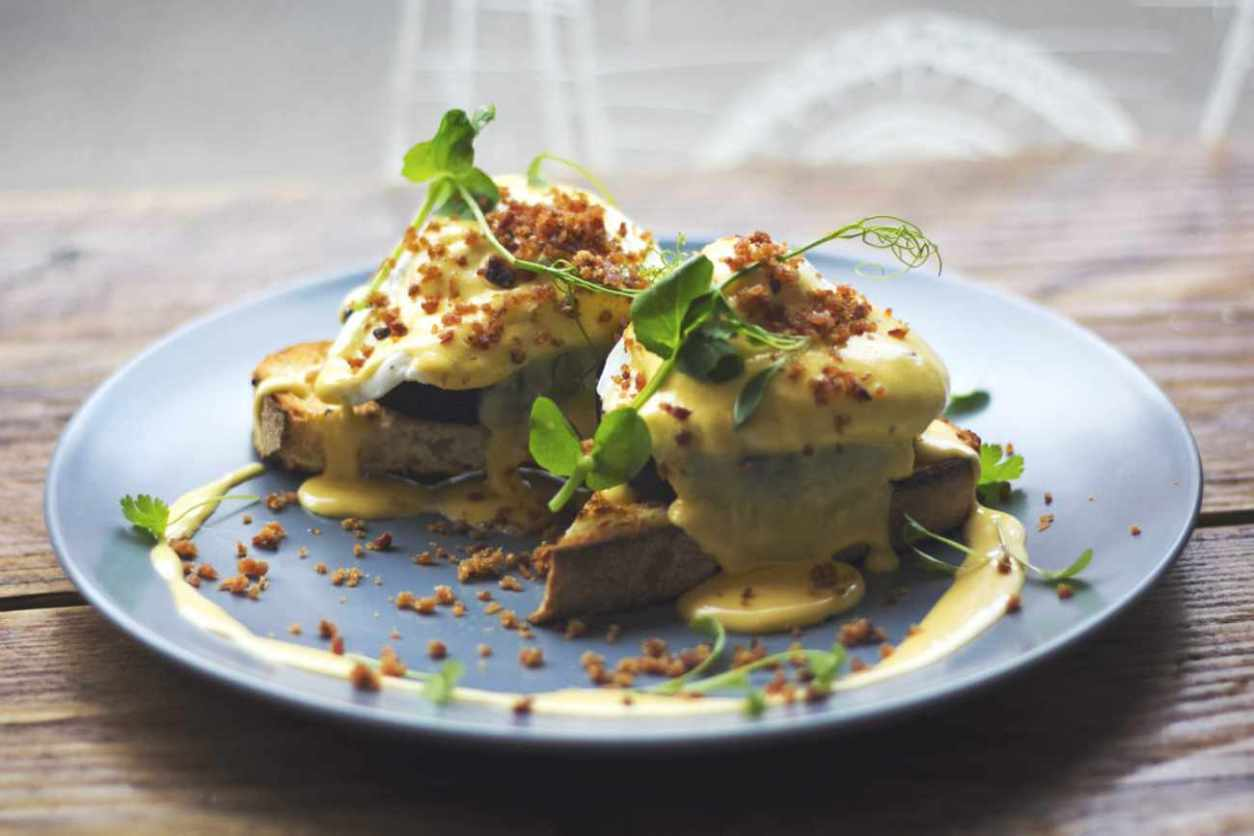 eggs-benedict-on-plate-in-scran-cafe