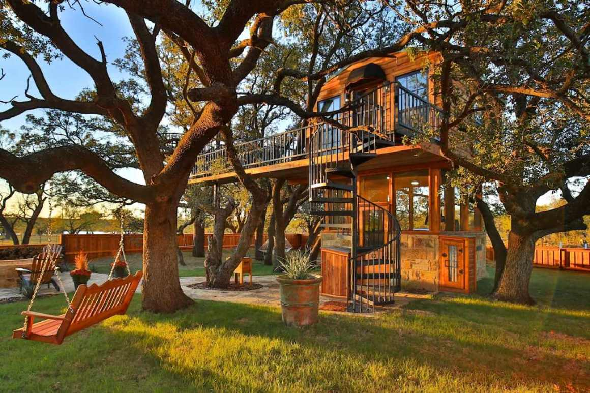 exterior-of-ryders-treehouse-at-sunset-glamping-texas
