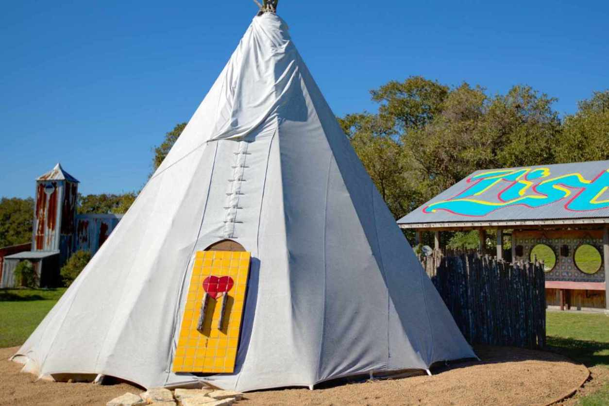 exterior-of-the-teepee-at-rancho-pillow-on-sunny-day