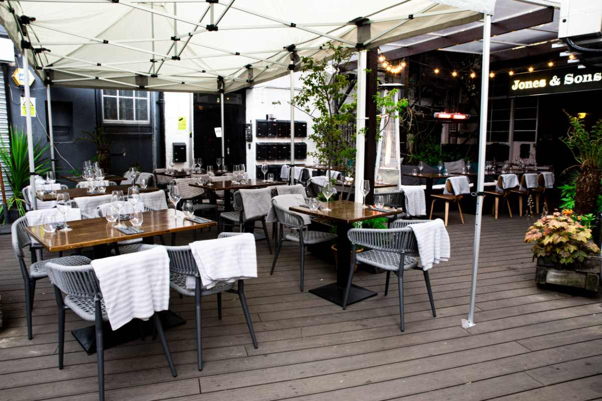 outdoor-restaurant-seating-at-jones-and-sons