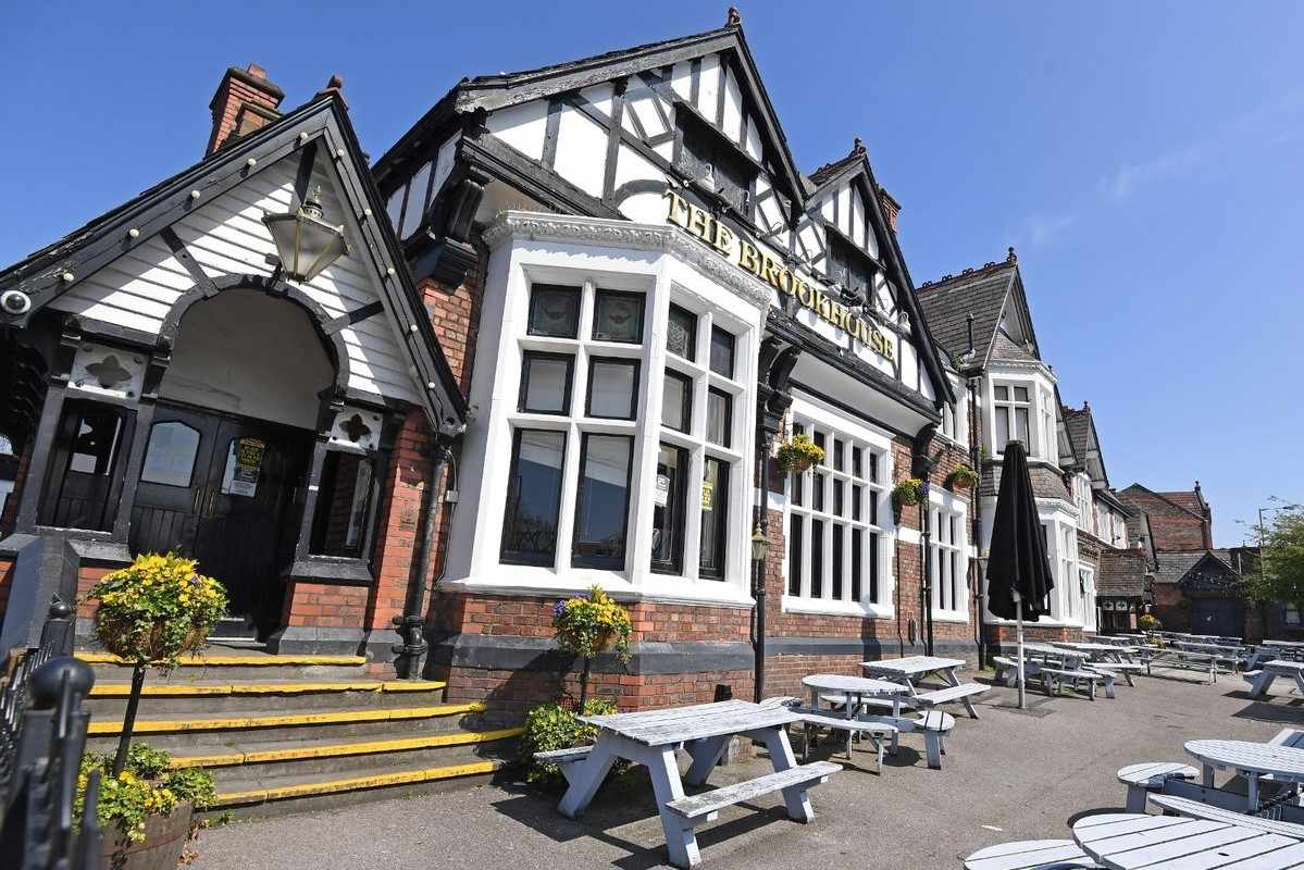 the-brookhouse-pub-beer-garden-on-sunny-day
