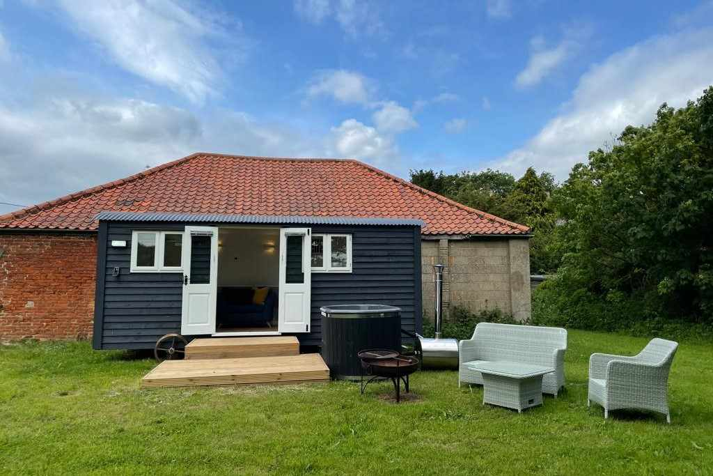 dilham-hall-retreats-shepherds-hut-with-hot-tub-and-outdoor-furniture