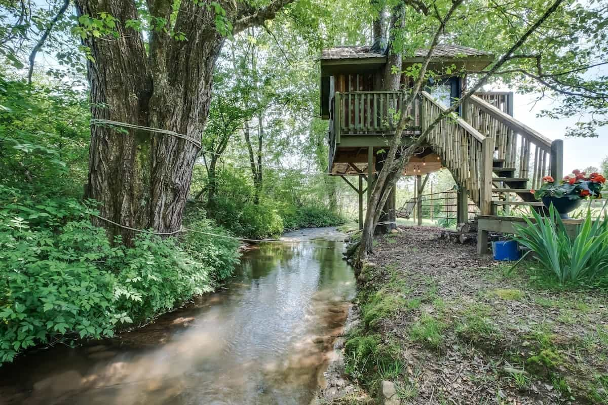 exterior-of-creekside-treehouse-at-north-sungate-farms