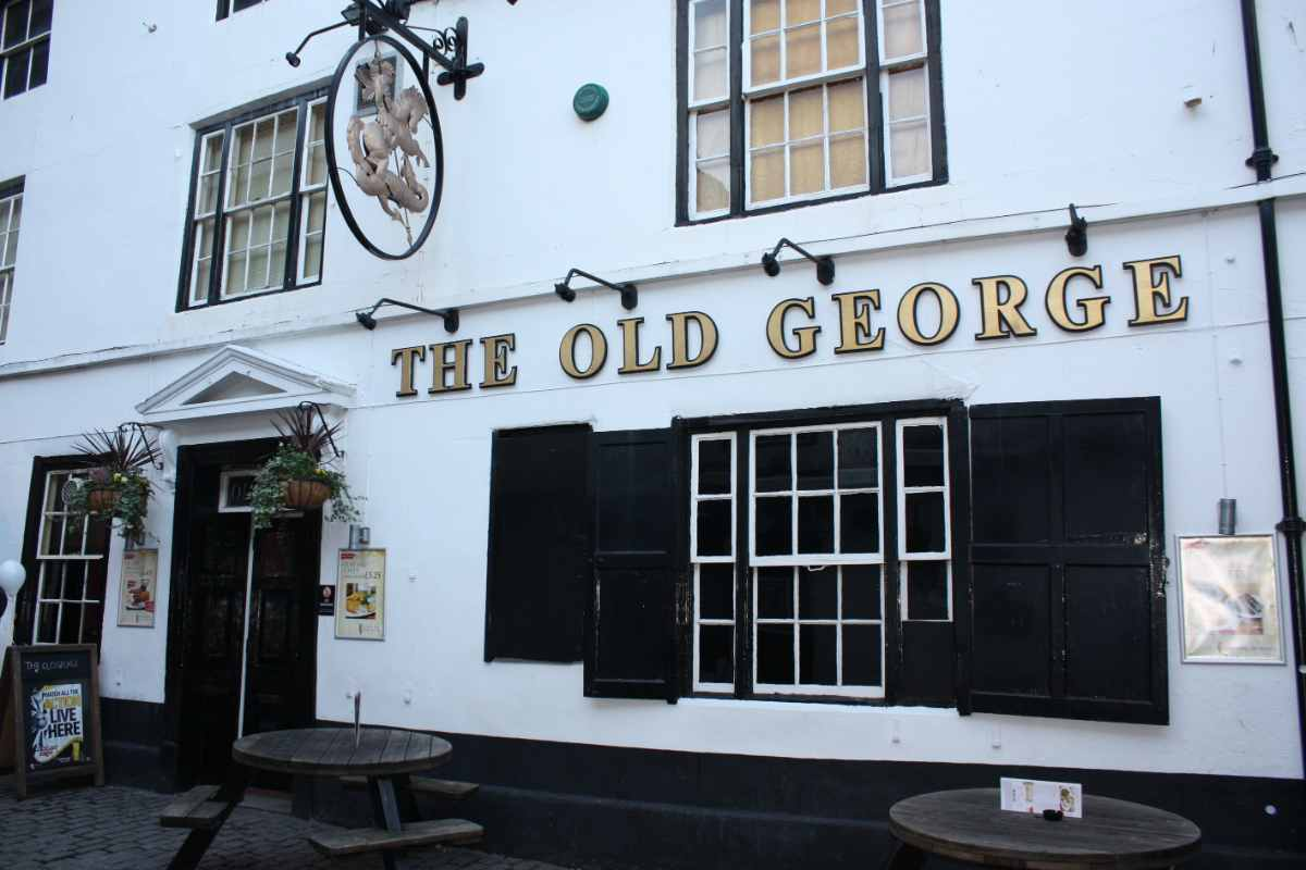 exterior-of-the-old-george-inn-pub-with-outdoor-tables