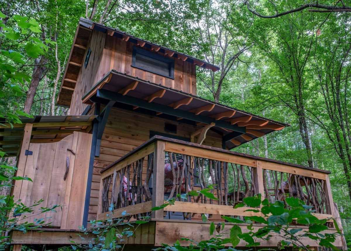 exterior-of-woodland-chalet-treehouse-in-woodland